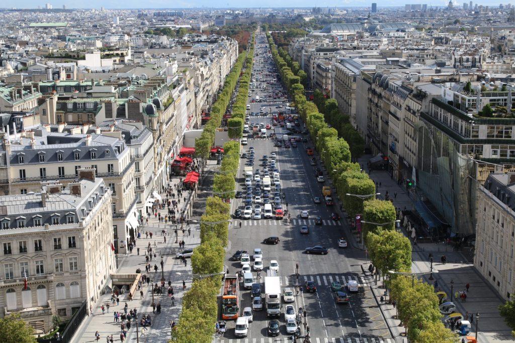Vista aérea da avenida Champs-Èlysées, em Paris