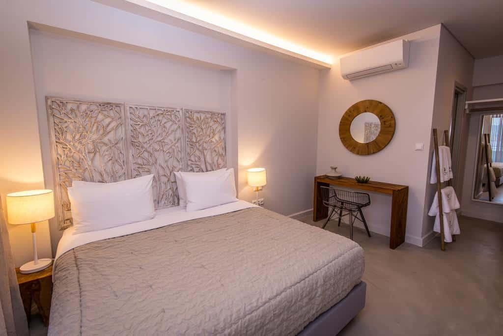 Foto de quarto para casal no Crystal Waters, com cama ampla e cores arenosas na decoração