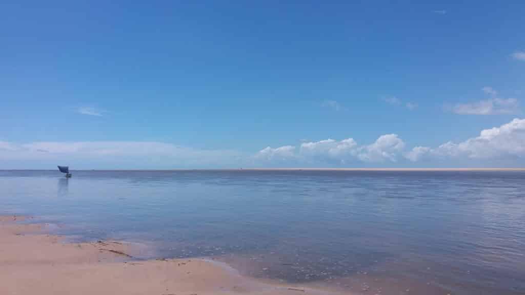 Parte do Delta do Parnaíba com bastante água e céu azul