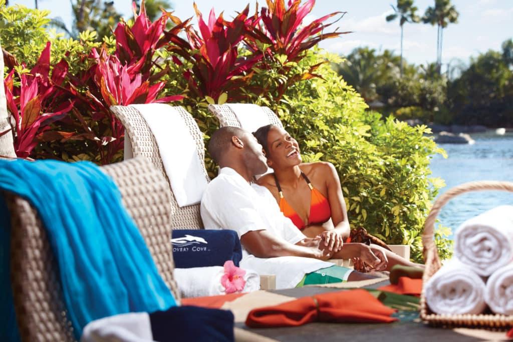 Casal em espreguiçadeiras no Discovery Cove, em Orlando