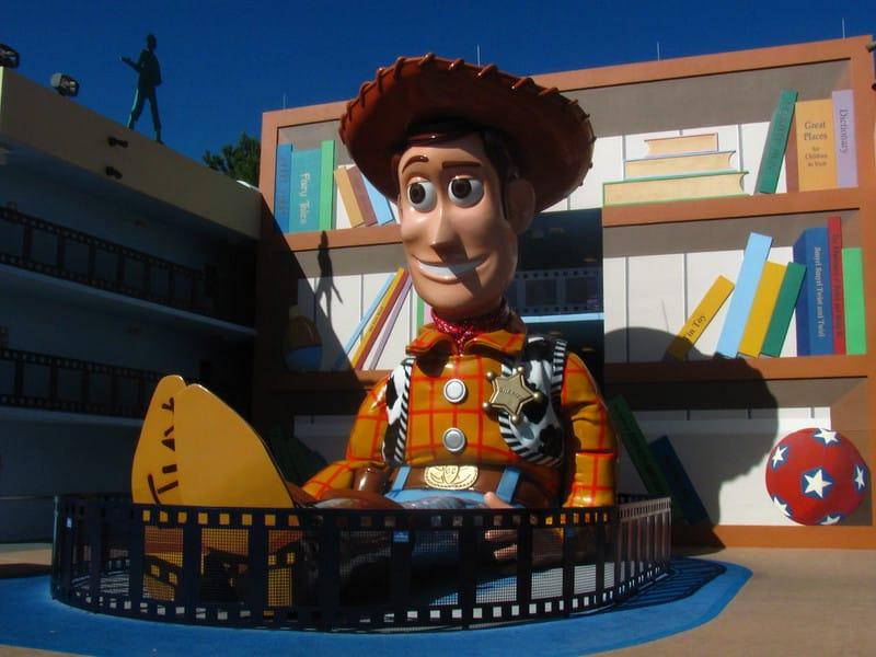 Foto de figura gigante do Woody, de Toy Story, na parte externa do hotel temático de filmes do All Star Movies Resort da Disney