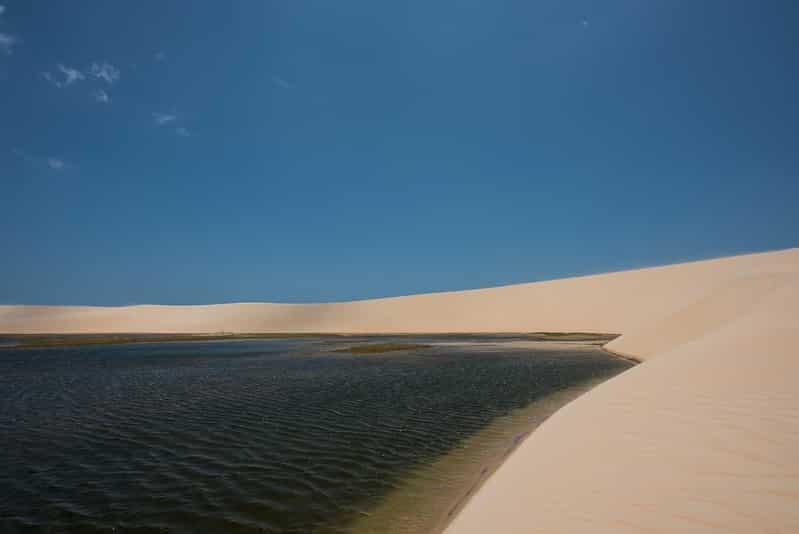 Foto de Duna e Lago de Tatajuba, em Jericoacoara, vazias e em dia de céu azul, sem nuvens
