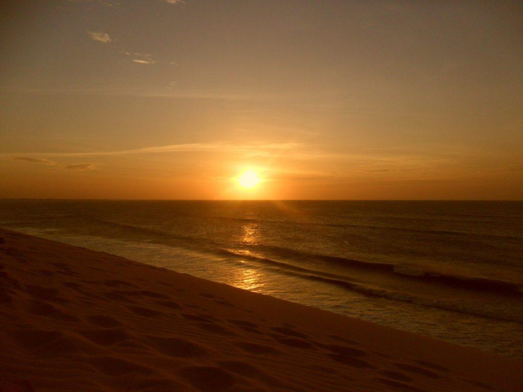 O sol se pondo no mar, visto a partir da Duna do Pôr do Sol, em Jericoacoara