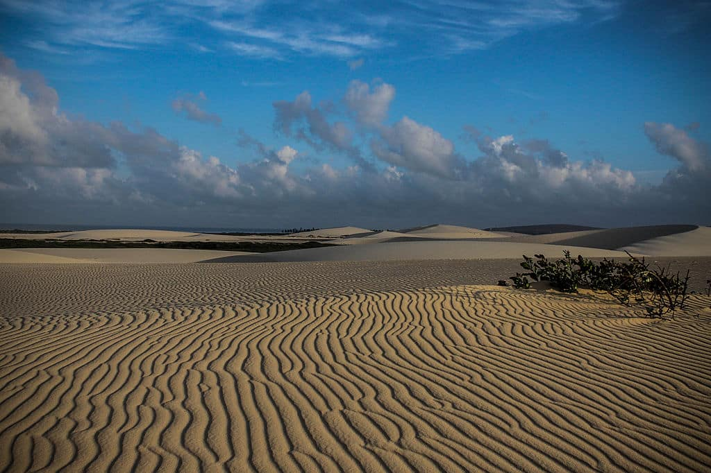 Dunas com desenho de faixas ao longo da areia nos arredores da Vila de Jericoacoara