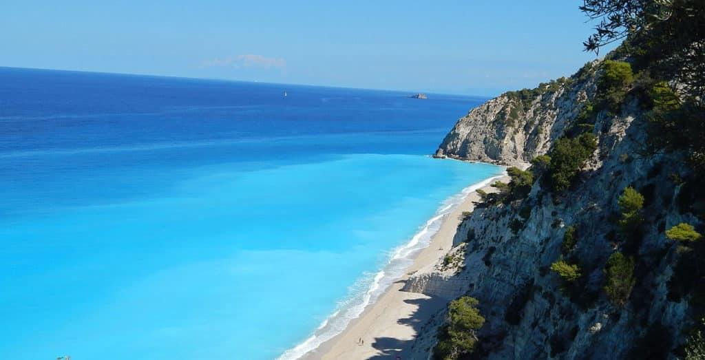 Foto de praia vazia com mar azul impressionante em Lefkada, na Grécia