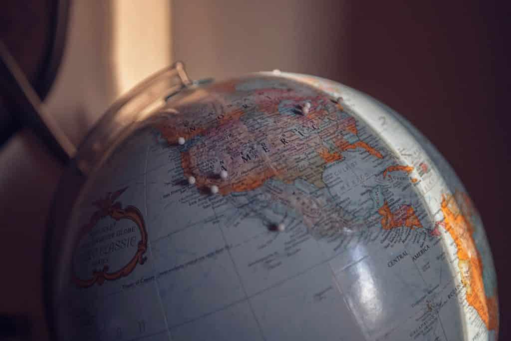Foto de globo terrestre com pins por lugares da América do Norte