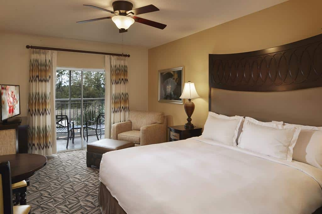 Quarto com cama ampla e super aconchegante no Hilton Grand Vacations at SeaWorld