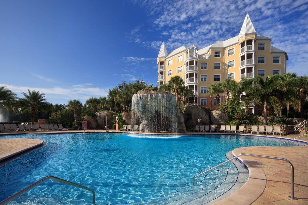 Piscina e prédio do Hilton Grand Vacations at SeaWorld
