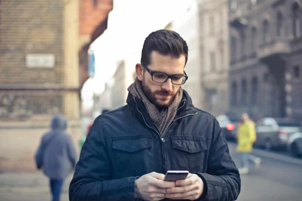 homem usando chip internacional de internet na europa no meio da rua