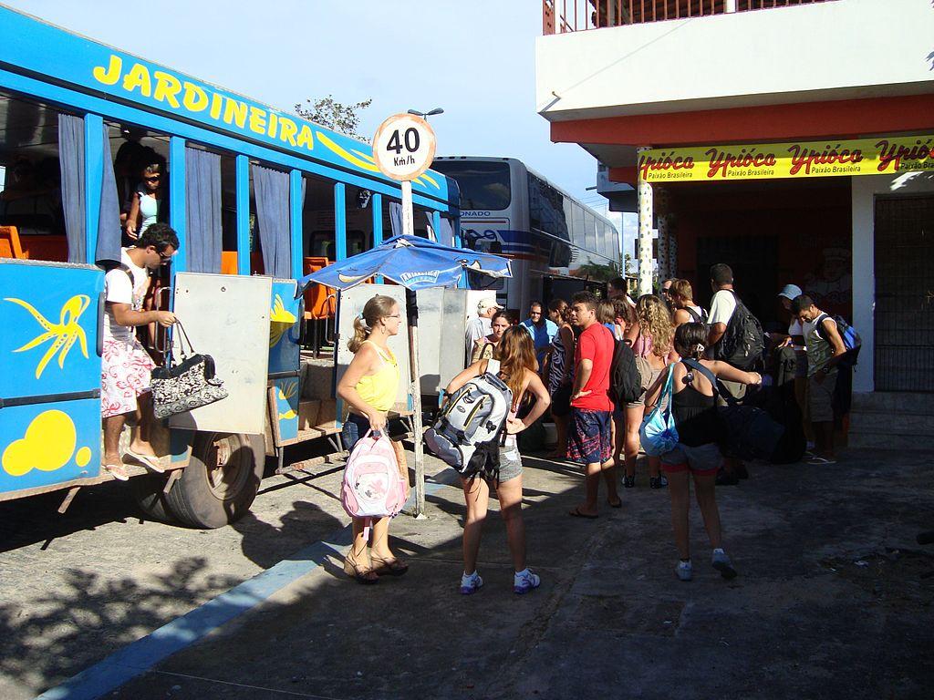 """Pessoas descendo de veículo conhecido como """"jardineira"""", um dos meios populares para transporte entre Jijoca e a Vila de Jeri"""