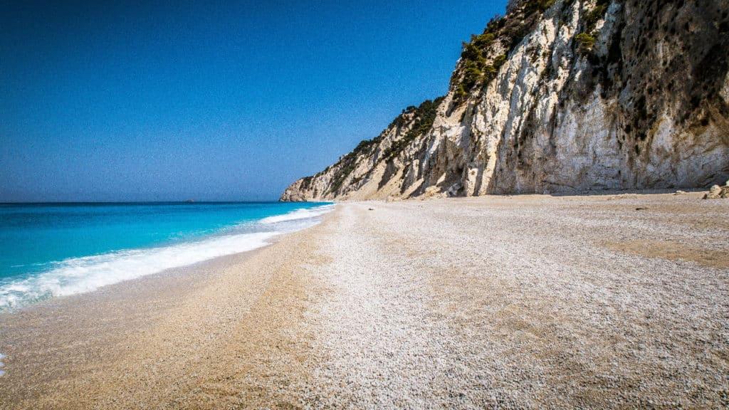 Foto de praia deserta, chamada Egremni, em Lefkadas, na Grécia