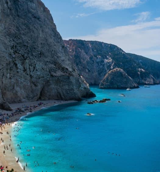 Praia de Port Katsiki, com mar azul anil e falésia ao lado, em Lefkada, na Grécia