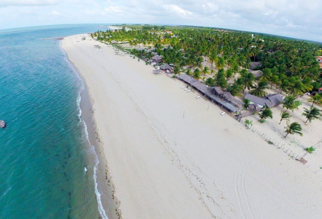 Foto aérea de praia de Luís Correia, no Piauí, um dos destinos da Rota das Emoções