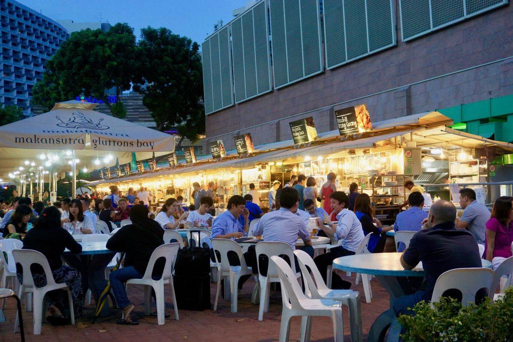 O Makansutra Gluttons Bay, uma das opções de hawkers em Singapura