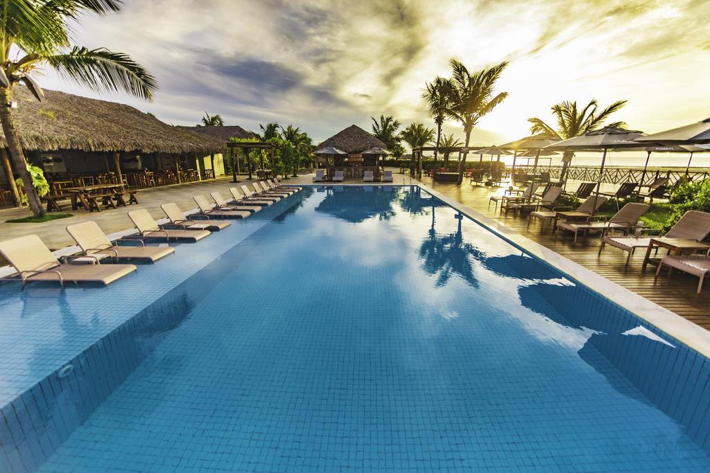 Piscina ampla com espreguiçadeiras na borda no Hotel Manatí, em Barra Grande, no Delta do Parnaíba