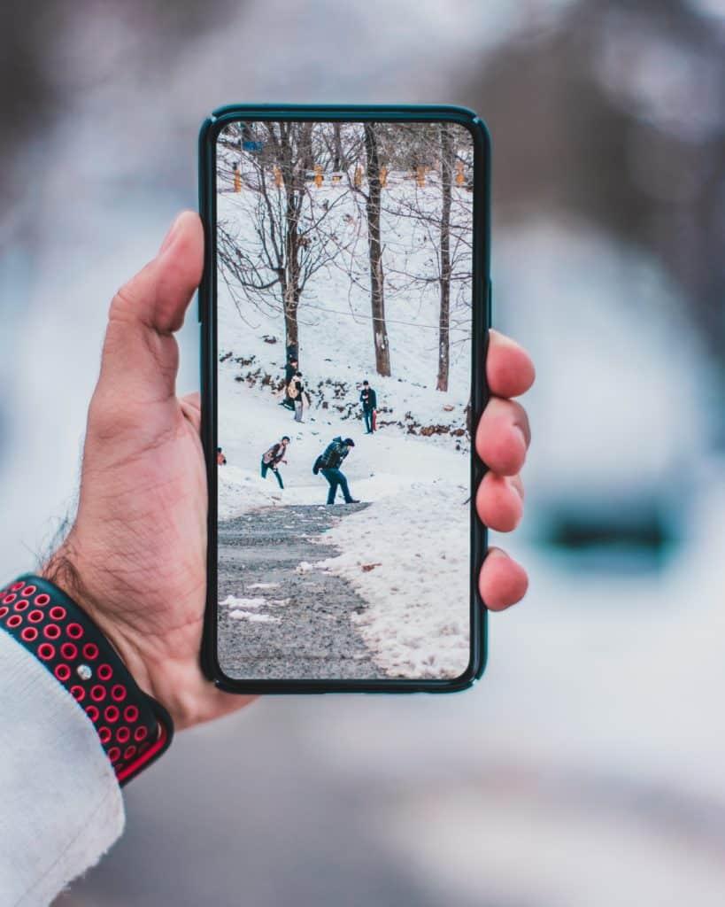 homem usando internet de chip internacional na europa em sua viagem na neve