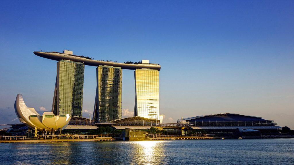 As exuberantes torres do hotel Marina Bay Sands