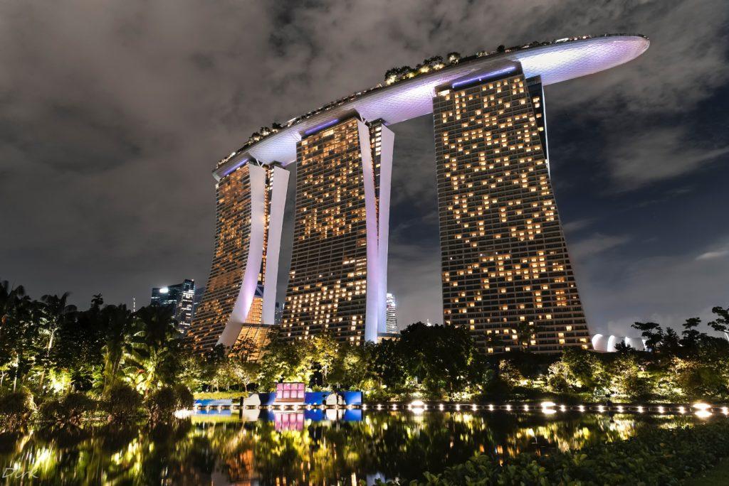 O Hotel Marina Bay Sands, lá em cima é possível curtir uma piscina de borda infinita com vista para Singapura - pontos turísticos de Singapura
