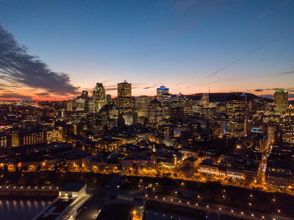 A cidade de Montreal durante a noite - Foto: Samuel Charron via Unsplash