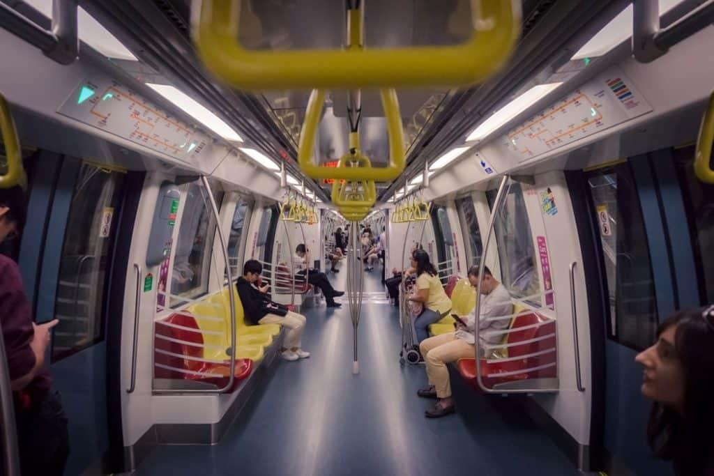 O limpíssimo MRT (metrô) em Singapura