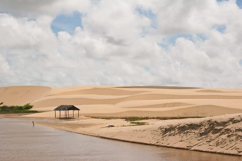 Paisagem arenosa ao lado do rio Preguiça, no Delta do Parnaíba, parte da Rota das Emoções