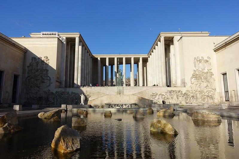 Post sobre Paris pontos turísticos ilustrado por foto do Palais de Tokyo da cidade