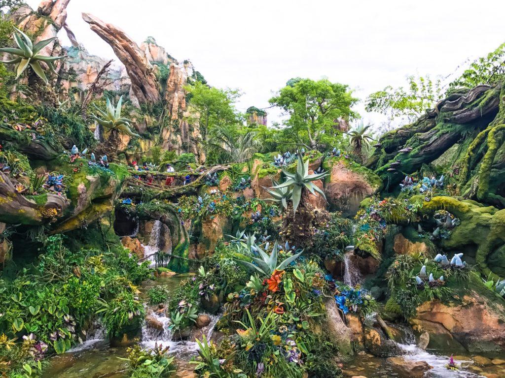 Área de mata densa cheia de detalhes em Pandora, a parte dedicada a Avatar no Animal Kingdom