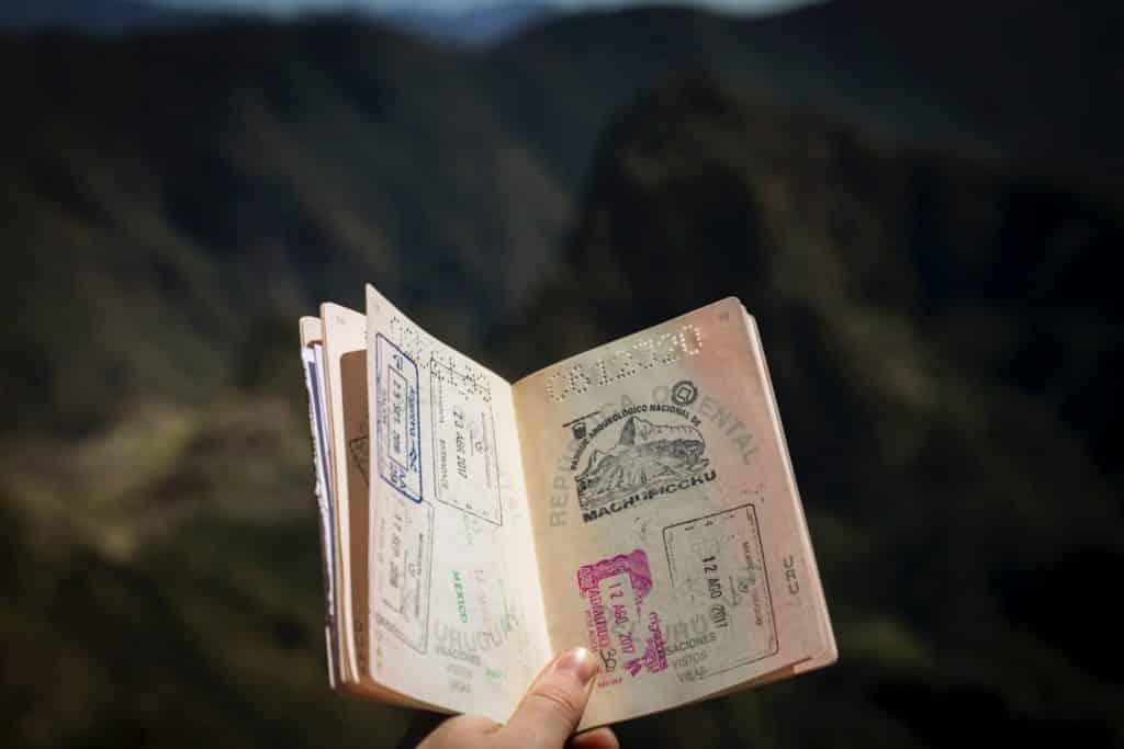 Passaporte com diversos carimbos, incluindo o da visita a Machu Picchu, ilustrando post sobre seguro viagem multi trip