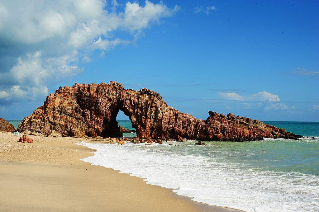 Foto da Pedra Furada em Jericoacoara, um dos principais pontos turísticos do destino