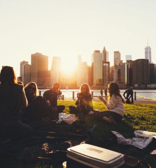 Pessoas de intercâmbio em parque, ilustrando post sobre Seguro Viagem Estudante