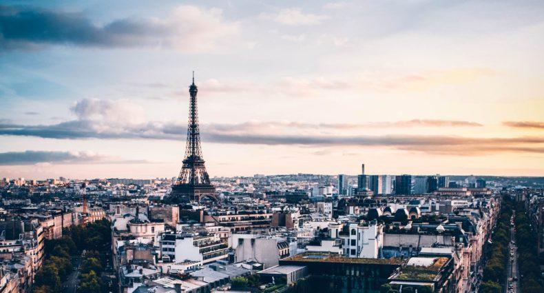 Foto de Torre Eiffel, um dos pontos turísticos de Paris, ao fundo e a cidade em torno