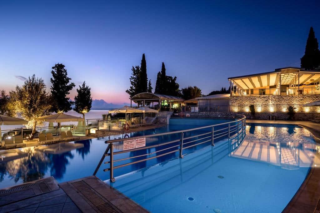 Foto de área de piscinas no resort Porto Galini Seaside