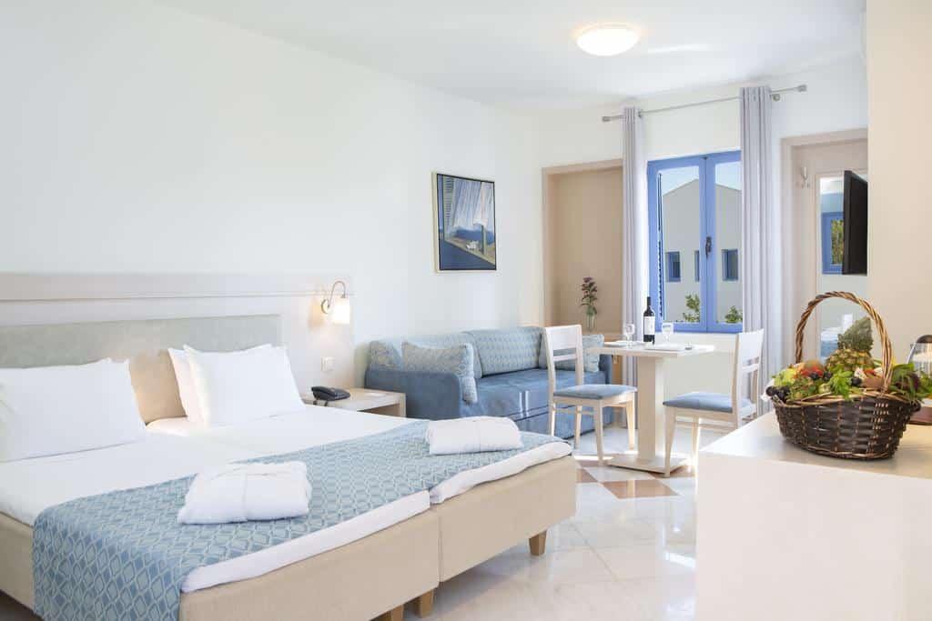 Foto de quarto com decoração charmosa no hotel Porto Galini Seaside, em Lefkadas