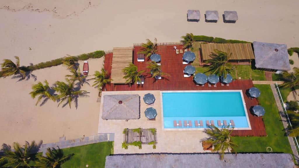 Piscina e área externa no Hotel Manatí, que fica na beira da praia
