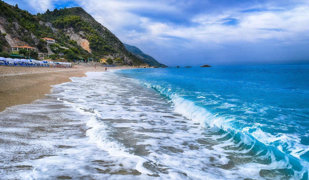 Praia de Kathisma, em Lefkada, com ondas quebrando na areia