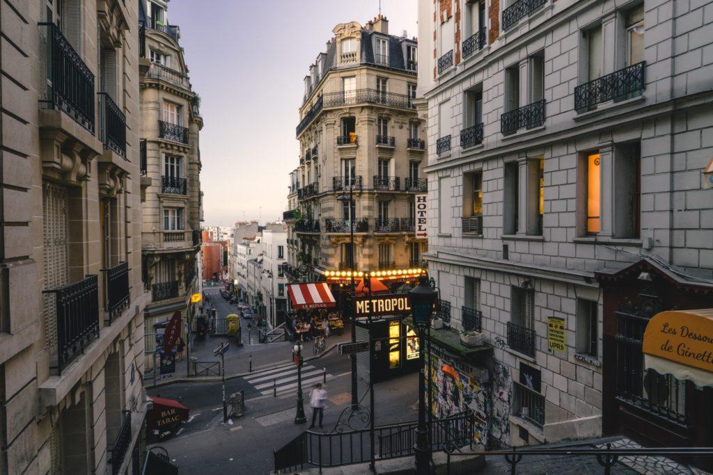 Pedaço do bairro de Montmarte, em Paris, um dos pontos turísticos para conhecer na cidade