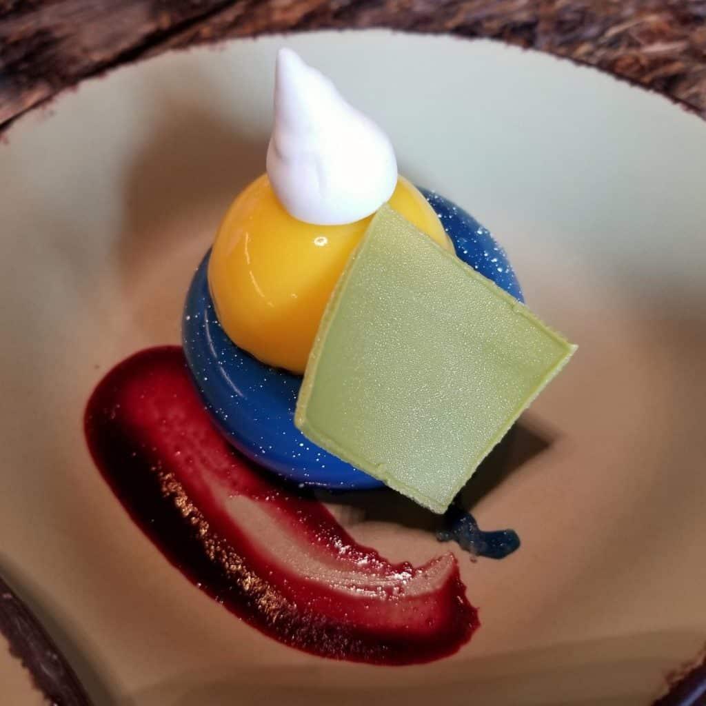 Foto de sobremesa de mirtilo (blueberry) e maracujá, encontrado no Satu'li Canteen