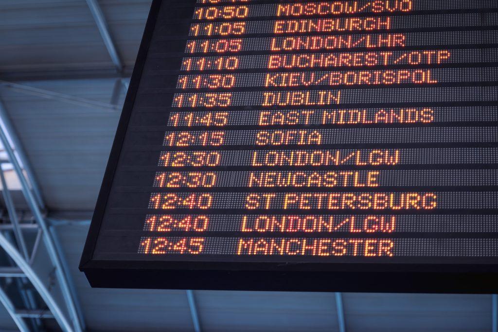 Foto de painel mostrando os próximos voos de aeroporto