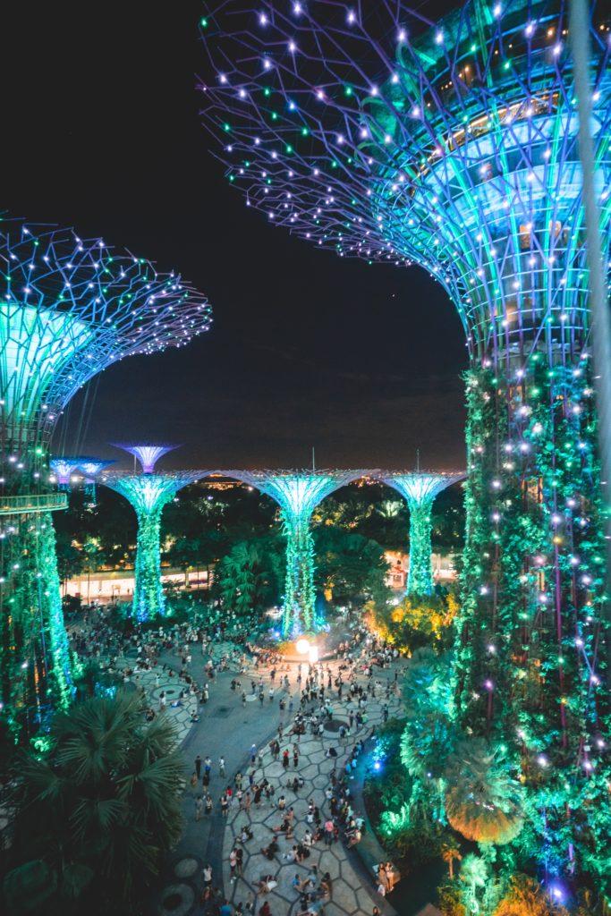 As famosas supertrees grove durante a noite no Garden by the Bay em Singapura
