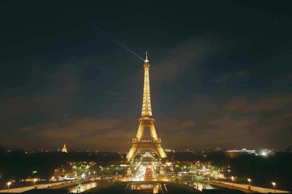 Foto da Torre Eiffel, principal ponto turístico de Paris, iluminada à noite