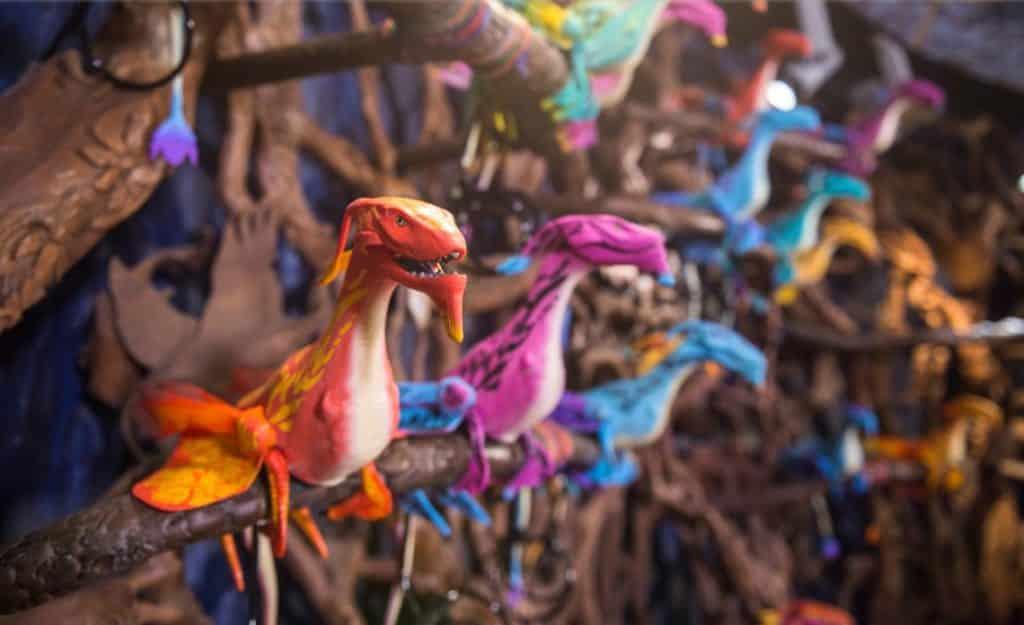 Miniaturas de criaturas temáticas de Avatar à venda na loja Windtraders, da área Avatar Animal Kingdom