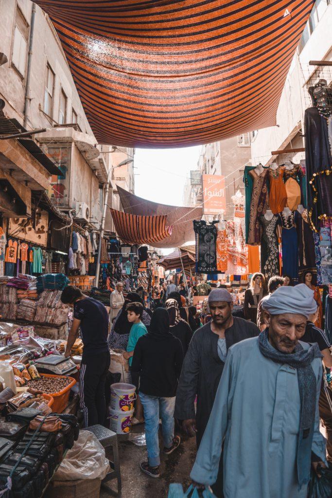 dicas de como caminhar pelo mercado municipal do cairo, no egito