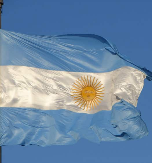 bandeira argentina no céu azul ensolarado