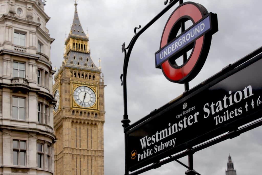 Big Ben no céu nublado de Londres em frente