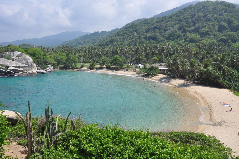 Vista de praia impressionante, com mar caribenho da Colômbia, no Cabo San Juan de la Guia, no Parque Nacional Natural de Tayrona, em Santa Marta