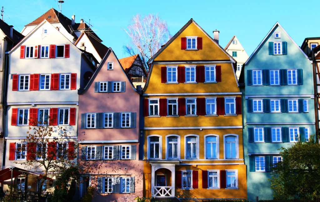 casas coloridas europeias durante a primavera