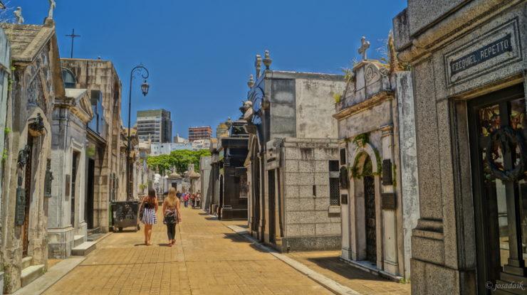 caminhando pelas ruas do cemiterio recoleta em buenos aires, na argentina