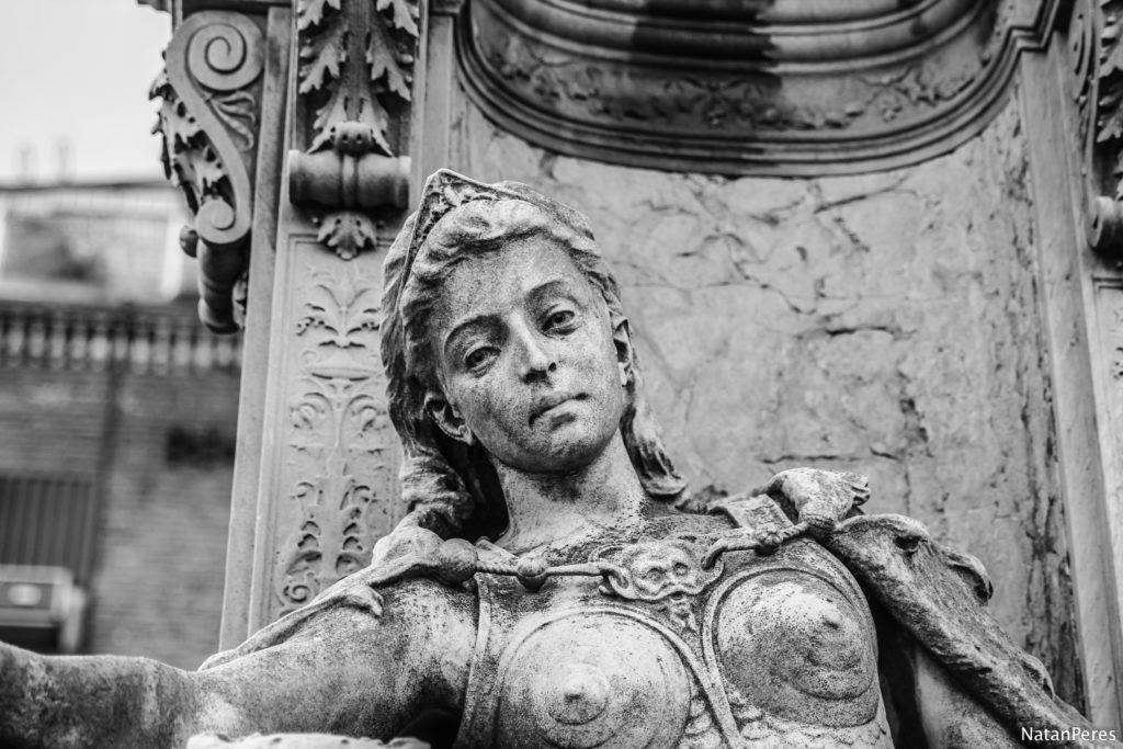 estatueta de uma mulher no cemiterio recoleta
