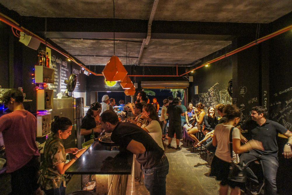 Pessoas em ambiente do bar Chupito, em Salvador