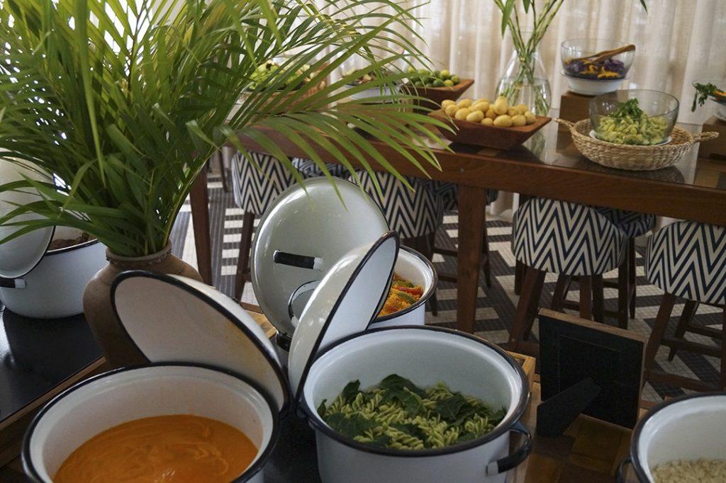 Panelas com comida servida no restaurante do Fera Palace Hotel